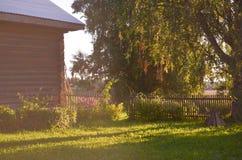 Holzhaus mit geschnitzten Fenstern in Vologda Russland Russische Art in der Architektur Rustikales russisches Haus mit Garten stockbilder