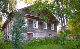 Holzhaus mit geschnitzten Fenstern in Vologda Russland Russische Art in der Architektur Rustikales russisches Haus mit Garten stockfoto