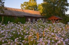 Holzhaus mit geschnitzten Fenstern in Vologda Russland Russische Art in der Architektur Rustikales russisches Haus mit Garten stockfotografie