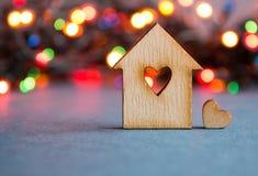 Holzhaus mit Loch in Form von Herzen mit wenig Herzen an Stockfotografie