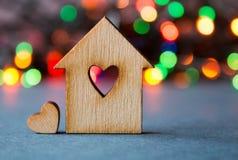 Holzhaus mit Loch in Form von Herzen mit wenig Herzen an Lizenzfreies Stockfoto