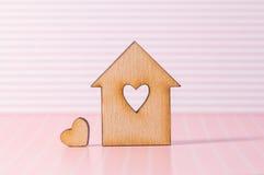 Holzhaus mit Loch in Form von Herzen mit wenig Herzen an Lizenzfreie Stockfotografie