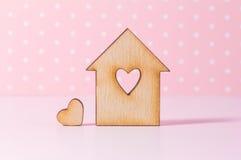 Holzhaus mit Loch in Form von Herzen mit wenig Herzen an Lizenzfreie Stockfotos
