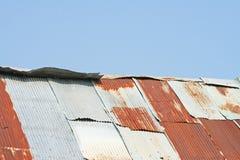Holzhaus mit rostigem Zinkdach lizenzfreie stockfotos