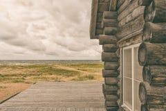 Holzhaus nahe dem Meer Stockfotos
