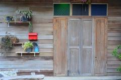 Holzhaus ` s Front Door und Fenster 1 Stockfotos