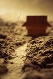 Holzhaus und ein Baum in einer Wüste - Makrozusammensetzung flach Lizenzfreie Stockfotografie