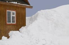 Holzhaus und viel Schnee Lizenzfreie Stockfotos