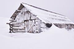 Holzhaus unter Schnee Stockfoto