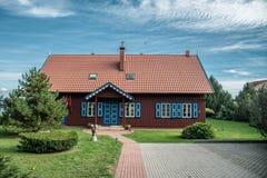 Holzhaus verzierte freundlich stockfotos