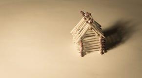 Holzhaus vom Match - sicheres Leben mit Versicherung Lizenzfreie Stockbilder