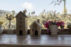 Holzhaus vor der Ansicht lizenzfreie stockbilder