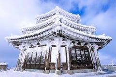 Holzhaus wird durch Schnee im Winter, Deogyusan-Berge bedeckt Lizenzfreie Stockfotografie