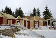 Holzhausbau zur Winterzeit Stockbilder