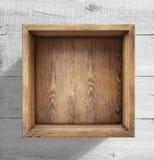 Holzkiste auf weißem hölzernem Hintergrund Lizenzfreie Stockfotografie
