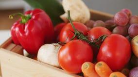 Holzkiste frisches reifes Gemüse stock video footage