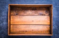 Holzkiste leer auf dunklem Hintergrund lizenzfreie stockfotografie