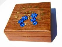 Holzkiste mit blauen Ohrringen auf ihr Stockfotografie