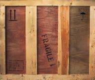 Holzkiste mit den empfindlichen und Frachtzeichen Lizenzfreies Stockfoto
