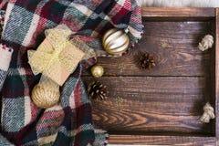 Holzkiste mit Draufsicht der Weihnachtsbaum-Dekoration lizenzfreie stockfotografie