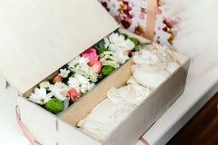 Holzkiste mit Geschenken für ein neugeborenes Stockfoto