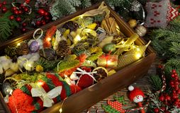 Holzkiste mit Geschenken, Socken, Nadelbaum, Dekorationen, Zweig auf Tabelle, Weinlesekonzept lizenzfreies stockfoto