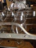 Holzkiste mit Gläsern Stockbild