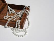 Holzkiste mit Halskette und Ohrringen von den Perlen Lizenzfreie Stockfotografie