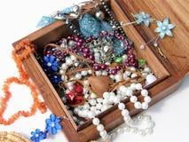 Holzkiste mit Halsketten und Ohrringen nach innen Lizenzfreies Stockfoto