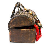 Holzkiste mit Perlen Stockfoto