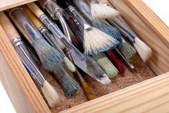 Holzkiste mit Pinseln Stockfoto