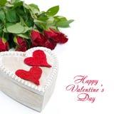 Holzkiste mit roten Herzen und Rosen Stockbild