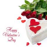 Holzkiste mit roten Herzen und Rosen für Valentinstag Stockfotos