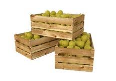 Holzkiste voll Birnenfrucht Getrennt auf weißem Hintergrund lizenzfreie abbildung