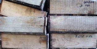 Holzkisten gestapelt stockbilder