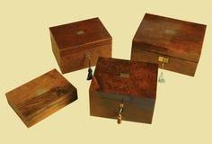 Holzkisten mit Schlüsseln lokalisiert auf gelbem bakground Lizenzfreie Stockbilder