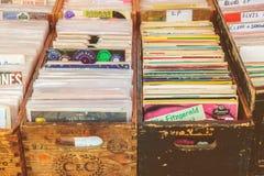 Holzkisten mit Vinyldrehscheibenaufzeichnungen auf einer Flohmarkt Stockfoto