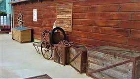 Holzkisten, Räder und Halle stockfotos