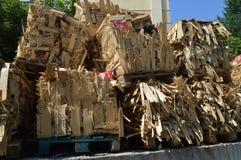 Holzkisten whick Asche, Eiche, Birke, Erlenbrennholzkästen auf den Paletten lizenzfreie stockbilder
