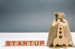 Holzklötze mit dem Wort Start und dem Rocket Das Konzept des Aufbringens von Kapitalien für einen Start Zu übersetzende gemeinnüt stockfoto