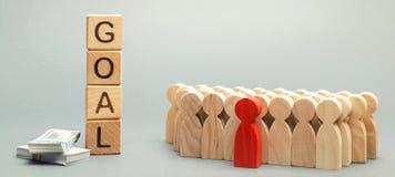 Holzklötze mit dem Wort Ziel, dem Geld und dem Geschäftsteam Die goldene Taste oder Erreichen für den Himmel zum Eigenheimbesitze lizenzfreies stockfoto