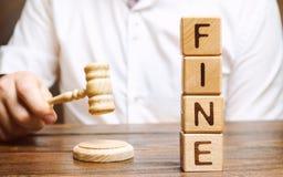 Holzklötze mit der Wortgeldstrafe und -richter Strafe als Bestrafung für ein Verbrechen und eine Handlung Finanzbestrafung Verlet lizenzfreies stockfoto