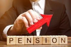 Holzklötze mit der Wortpension und oben -pfeil Verbessern der finanziellen Bedingung der älteren Leute Zuschlag und Pension lizenzfreies stockbild