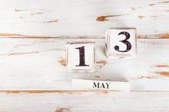 Holzklötze mit Mutter-Datum am 13. Mai für das Jahr 2018 Stockfotografie