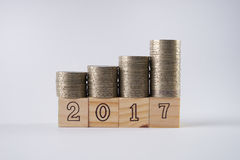Holzklötze Nr. 2017 mit Staplungssilbermünzen auf Holzklotz Stockfotografie