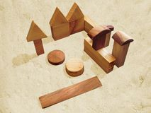 Holzklötze spielen auf Farbenreinheitsschlüsselhintergrund mit Schatten stockfotos