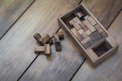 Holzklotz Brain Teaser Puzzle auf hölzerner Hintergrund-Draufsicht Lizenzfreie Stockfotografie