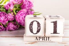 Holzklotz mit Dummkopf-Datum, am 1. April Stockfotos
