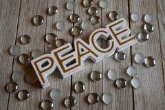 Holzklotzblockschrift, die Frieden buchstabieren Lizenzfreies Stockfoto
