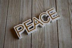 Holzklotzblockschrift, die Frieden buchstabieren Stockbilder
